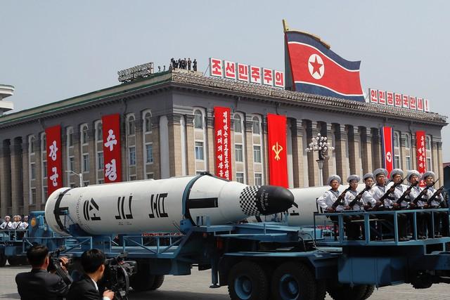 """Veículos militares carregam mísseis """"Pukkuksong"""" durante desfile militar que marca o 105º aniversário do nascimento do fundador do país, Kim Il Sung, em Pyongyang, neste sábado (15)"""