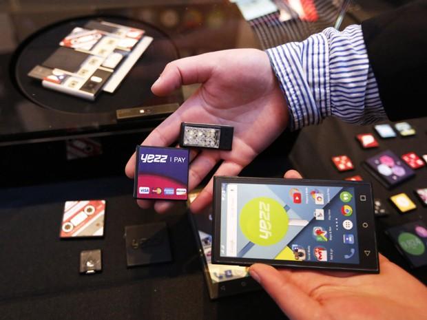 Yezz Mobile mostra protótipos de peças modulares criadas para o Project Ara, do Google (Foto: Gustau Nacarino/Reuters)