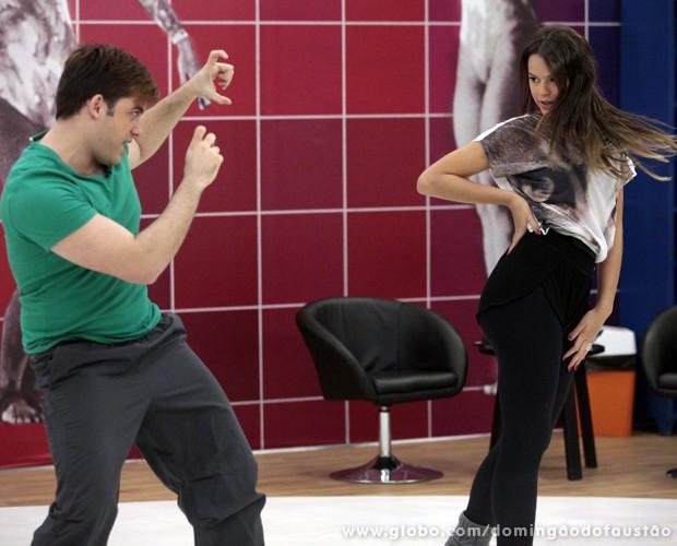 Bruna e Átila brincam durante o ensaio (Foto: Domingão do Faustão / TV Globo)