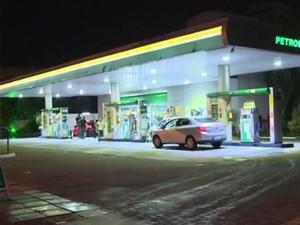 Posto de combustíveis assaltado pelo trio na Zona Sul (Foto: RBS TV/ Reprodução)