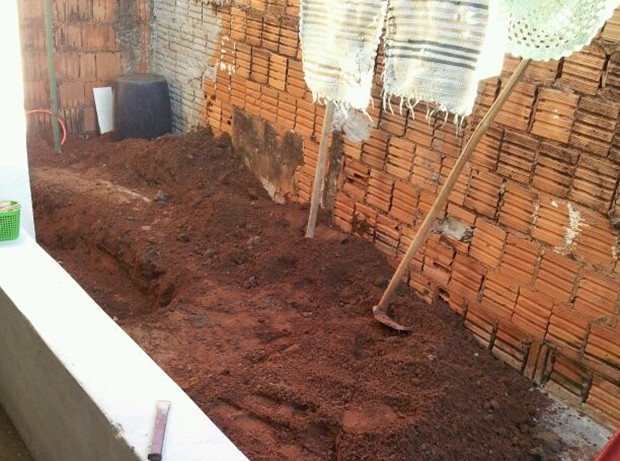 Local onde corpo foi cimentado e desenterrado pelos policiais (Foto: Reprodução / TV Tem)