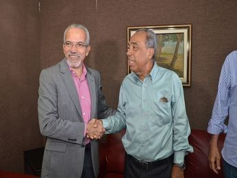 Edvaldo Nogueira recebe Jo&#227;o alves Filho para uma reuni&#227;o (Foto: C&#233;sar Oliveira)