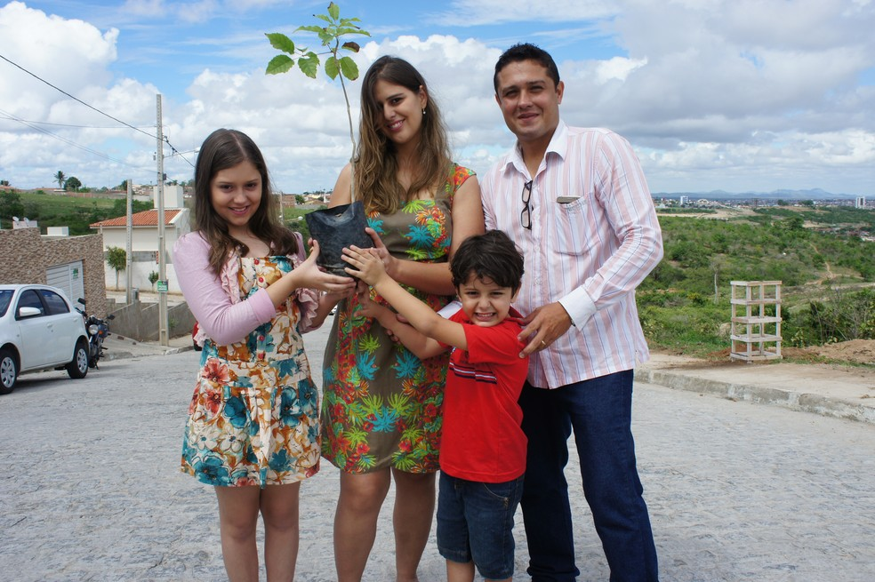 Moradores puderam adquirir mudas da caatinga (Foto: Daniel Sousa/TV Paraíba)