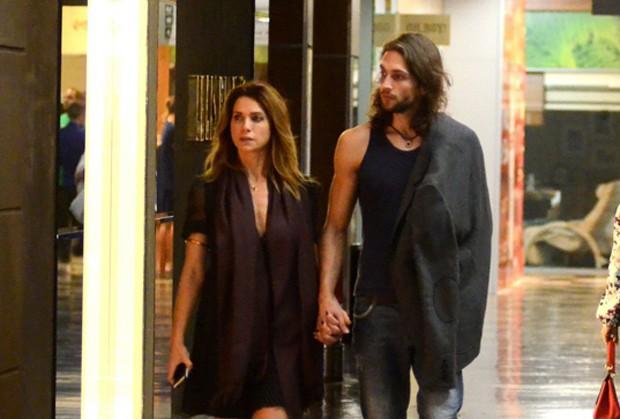Letícia Spiller e suposto novo namorado (Foto: Webert Belizio/AgNews)