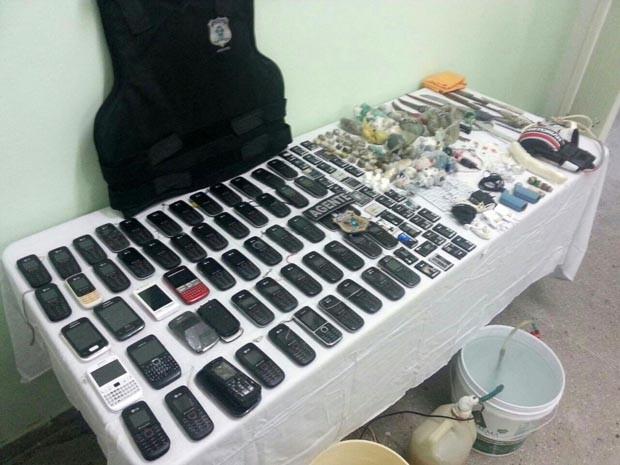 Revista apreendeu dezenas de celulares (Foto: Divulgação/Polícia Militar do RN)