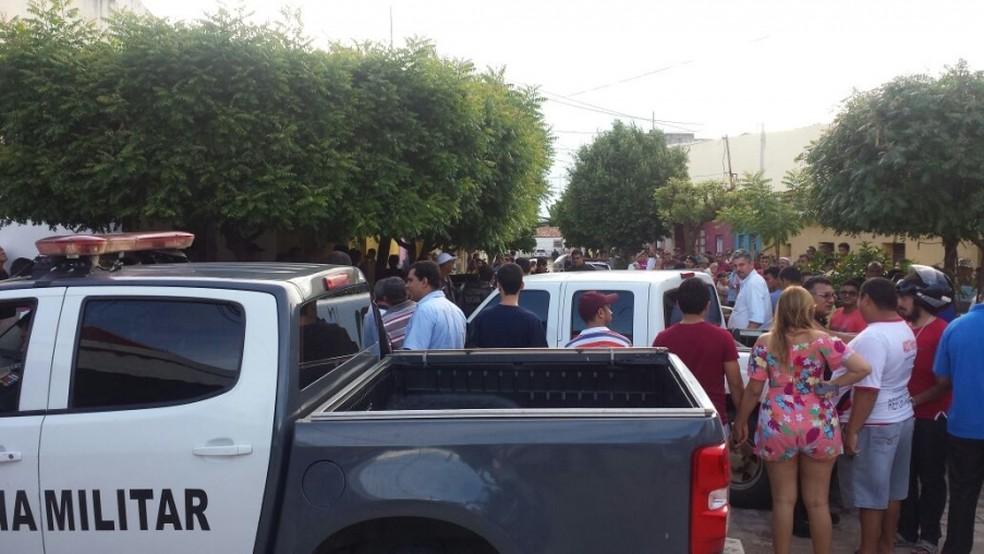 Bandidos chegaram em carro e atiraram contra o agente penitenciário federal. (Foto: Marcelino Neto - O Câmera)