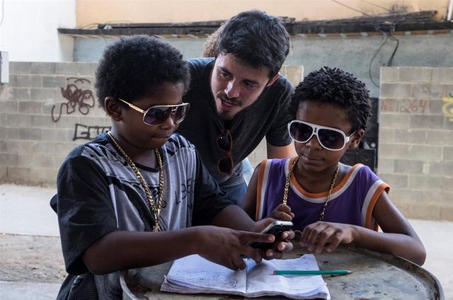 O diretor Pedro Morelli orienta Luan Pessoa e Carlos Eduardo Jay, de 'Cidade dos homens' (Foto: Renato Rocha Miranda/TV Globo)
