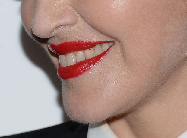 Madonna com o dente sujo de batom em première em Nova York, nos Estados Unidos (Foto: Dimitrios Kambouris/ Getty Images/ AFP)