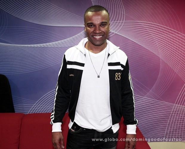 Alexandre Pires revela que não é vaidoso, mas foi obrigado (Foto: Domingão do Faustão / TV Globo)