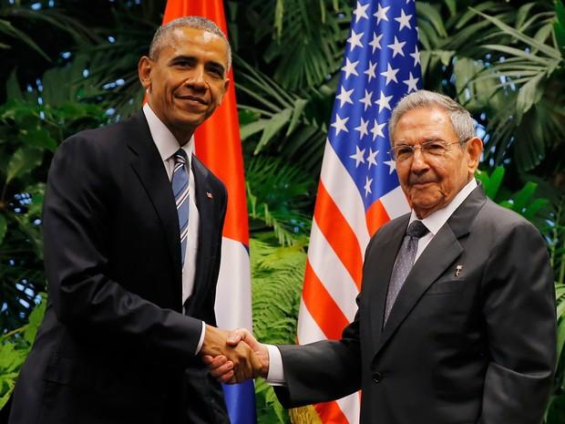 O presidente dos EUA Barack Obama cumprimenta Raúl Castro, presidente de Cuba, durante encontro em Havana (Foto: Carlos Barria/Reuters)