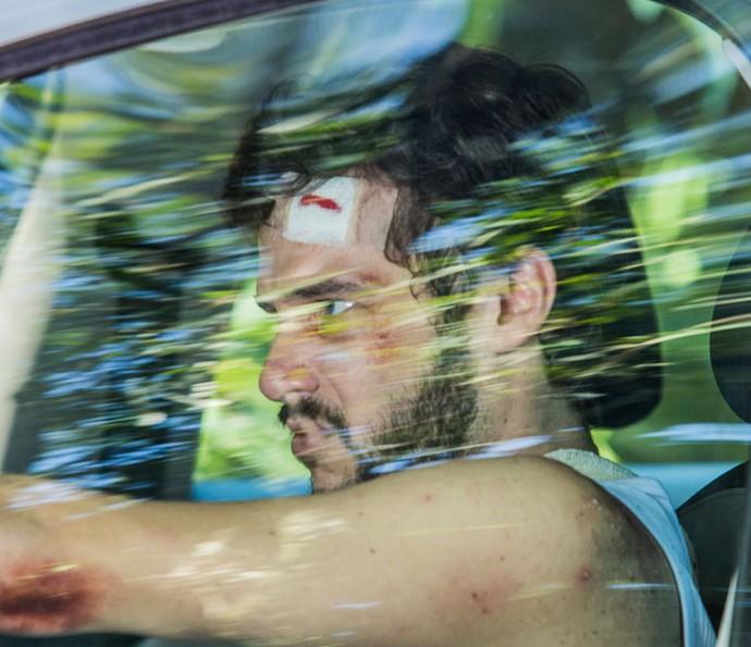 Giovanni tenta fugir do chalé (Foto: Artur Meninea/Gshow)