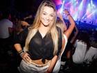 Ex-BBB Monique vai de barriguinha de fora a show de Gusttavo Lima