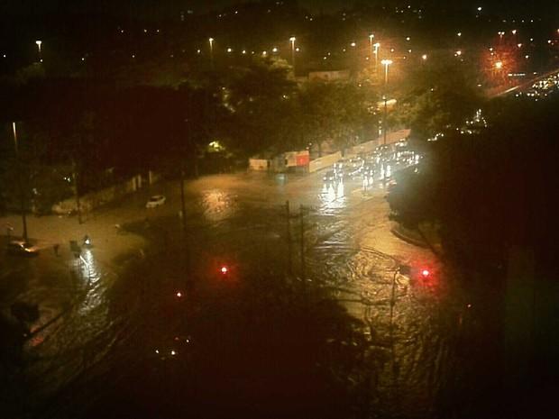 Rio Maracanã transbordou alagou a avenida que leva o mesmo nome (Foto: Luiz Fernando Castro / Arquivo pessoal)