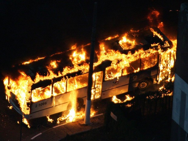 Ônibus incendiado após assalto no dia 14 de maio de 2006 na Rodovia Presidente Dutra, na região do Parque Novo Mundo, Zona Norte de São Paulo, em um dos ataques comandados por facção criminosa à época (Foto: Sebastião Moreira/Estadão Conteúdo)