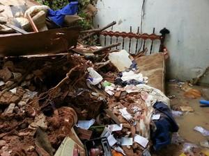 Cama do casal ficou sob os escombros. (Foto: Jonathan Lins/G1)
