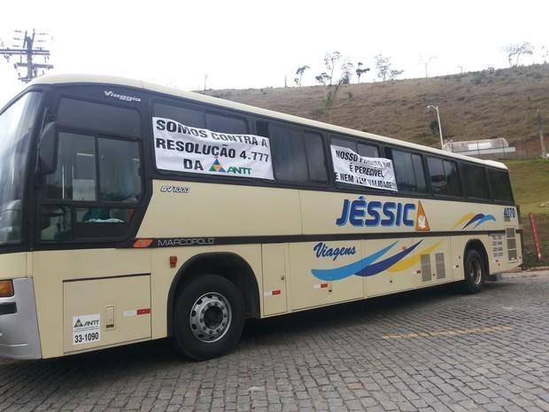 Protetso de empresas de ônibus de turismo foi realizado em Petrópolis (Foto: Andressa Canejo/G1)