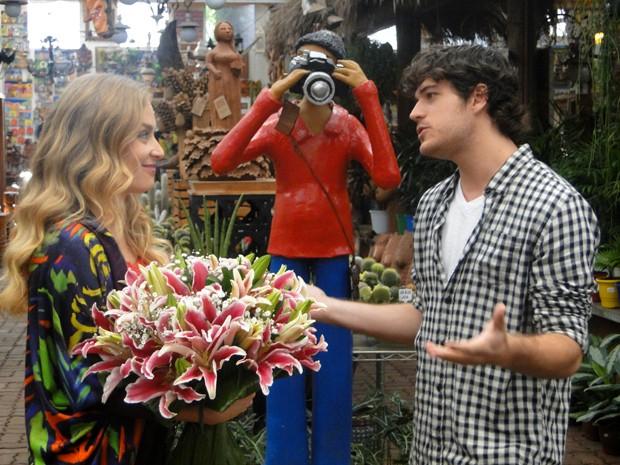 Angélica recebe flores de Marco Pigossi e agradece o carinho do ator (Foto: Estrelas/TV Globo)