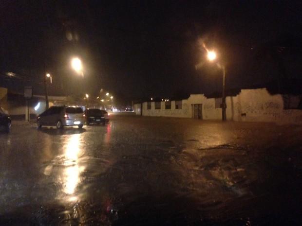 Acesso à área residencial da Cohab alaga e impede passagem dos carros (Foto: Clarissa Carramilo / G1)