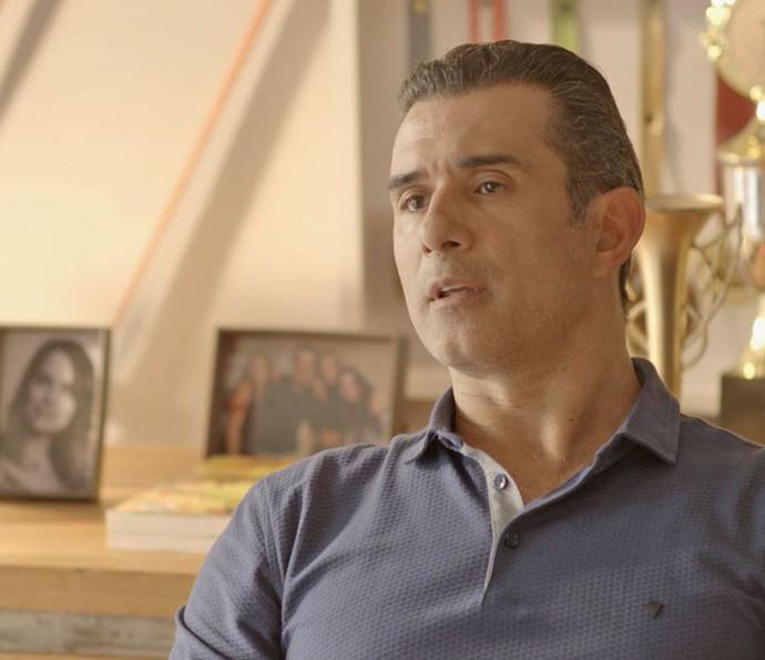Ricardo resolve tirar a história a limpo com Caio (Foto: TV Globo)