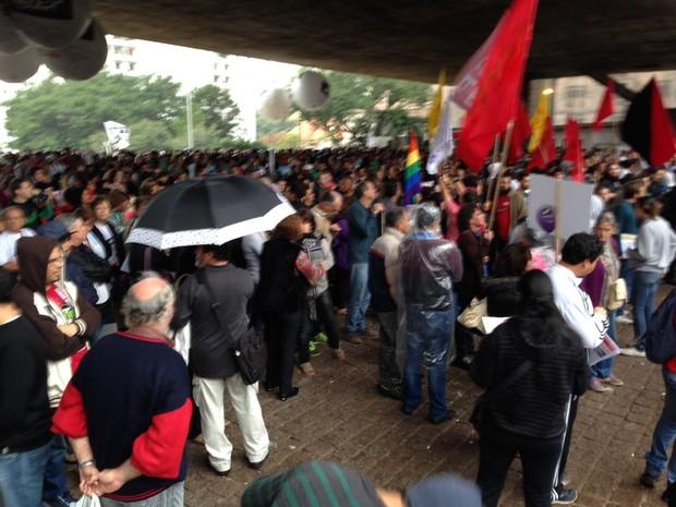 Professores grevistas concentrados sob o vão do MASP para se proteger da garoa (Foto: Glauco Araújo/G1)