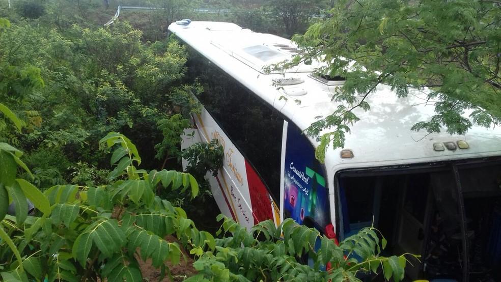 Acidente aconteceu na Serra do Mimoso (Foto: Divulgação/PRF)