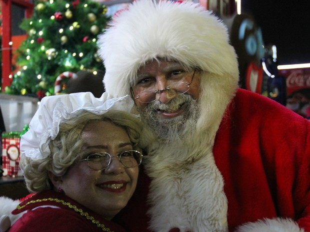 Papai e Mamãe Noel passearam pela Ponta Negra (Foto: Ive Rylo/G1 AM)