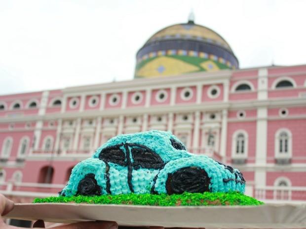 Festa contou com bolo de chocolate em formato de Fusca (Foto: Mônica Dias/G1 AM)