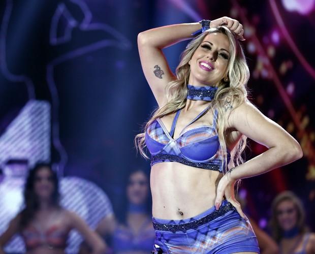 Carla Viviane mostra tatuagem no braço direito enquanto dança (Foto: Inácio Moraes / Gshow)
