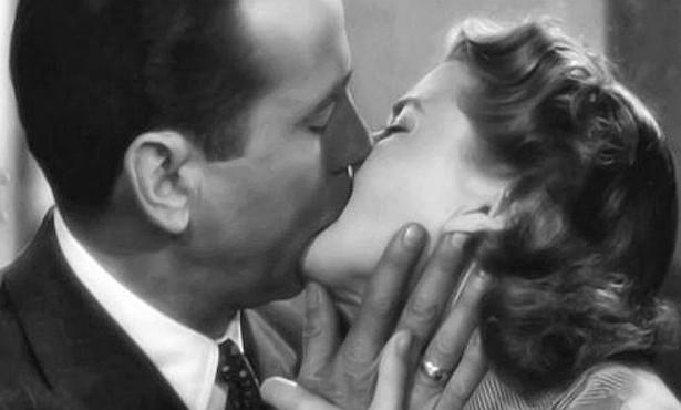 O clássico 'Casablanca' (1942) também enche os olhos do espectador com os beijos entre Ilsa (Ingrid Bergman) e Rick (Humphrey Bogart). (Foto: Reprodução)