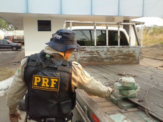 Droga apreendida estava em um fundo falso (Foto: PRF Tocantins/Divulgação)