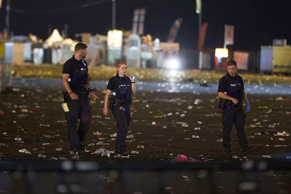 Polícia faz buscas na área do palco principal do festival 'Rock am Ring' em Nuerburg, na Alemanha, na madrugada deste sábado (3)  (Foto: Thomas Frey/dpa via AP)