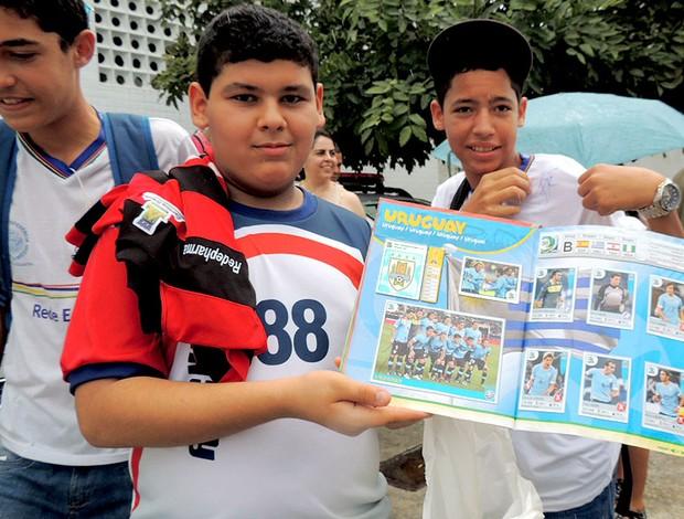Thiago coutinho álbum e camisa chegada uruguai (Foto: Elton de Castro)