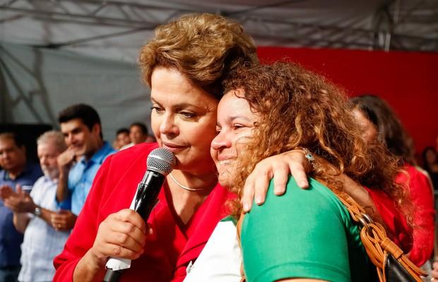 Dilma Rousseff (PT) abraça Angela Mendes, filha do líder seringuiro Chico Mendes, durante comício em Belém, no Pará (Foto: Ichiro Guerra/Divulgação)