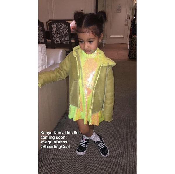 A filha de Kim Kardashian com uma roupa da marca de sua mãe (Foto: Instagram)