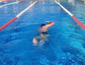 O espanhol Fernando Alonso também se dedica à natação para se preparar fisicamente (Foto: Reprodução/Twitter)