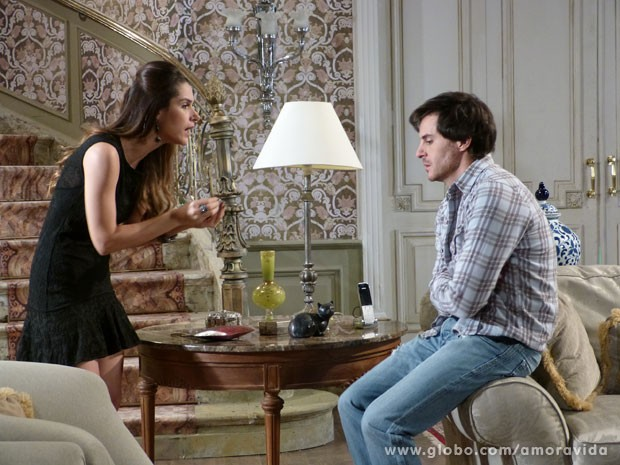 Leila leva Thales para a sala e pede que ele volte para a terapia (Foto: Amor à Vida/ TV Globo)