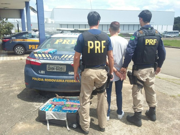 Tabletes de maconha foram encontrados dentro de mala de passageiro de ônibus, Cambuí (Foto: Polícia Rodoviária Federal)