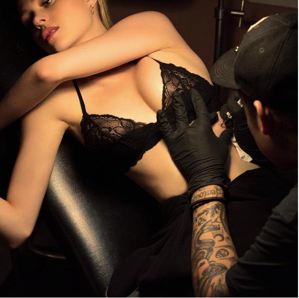 A atriz Nicola Peltz durante sua sessão de tatuagem (Foto: Instagram)