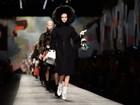 Desfile da Fendi em Milão tem Cara Delevingne e mais tops na passarela