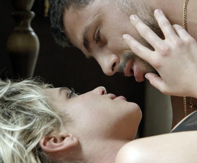 Belisa e Juliano se encaram (Foto: TV Globo)