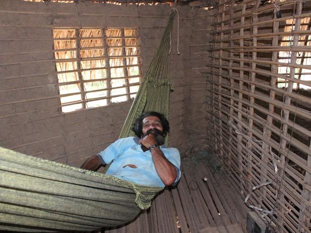 Agricultor mostra onde dorme em sua casa. (Foto: Gilcilene Araújo/ G1)