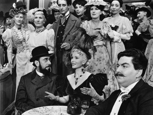 Zsa Zsa Gabour (ao centro) em cena de 'Moulin Rouge', de 1952 (Foto: Divulgação)
