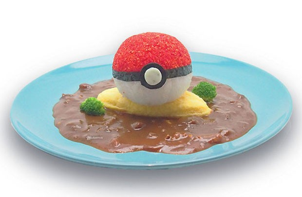Prato de arroz com cury e omelete no Pikachu Cafe tem uma 'pokébola' (Foto: Divulgação/Pikachu Cafe)