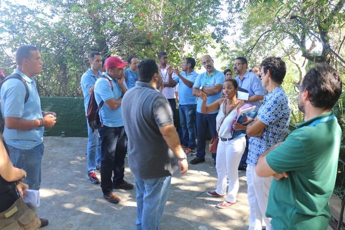 A diretora do 'Aprovado', Mira Silva, alinhando a equipe antes da transmissão (Foto: TV Bahia)