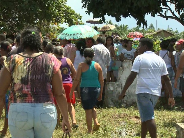 Vítimas de acidente foram sepultadas na tarde desta quarta, no cemitério municipal de Bacuri (Foto: Reprodução/TV Mirante)