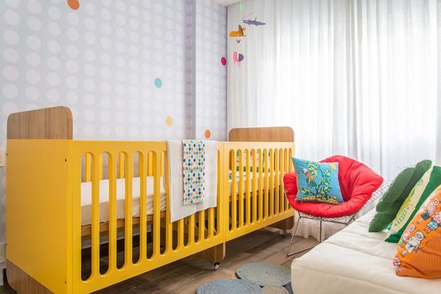 Com berço duplo, nichos para organizar brinquedos e muita cor, o espaço foi pensado sob medida para os gêmeos (Foto: Sambacine/Divulgação)