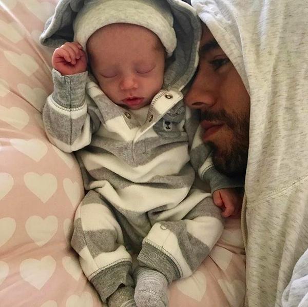 O cantor Enrique Iglesias com um de seus gêmeos recém-nascidos (Foto: Instagram)