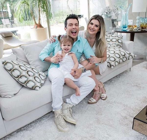 Mirella com o marido, Ceará, e a filha, Valentina (Foto: Reprodução/Instagram)