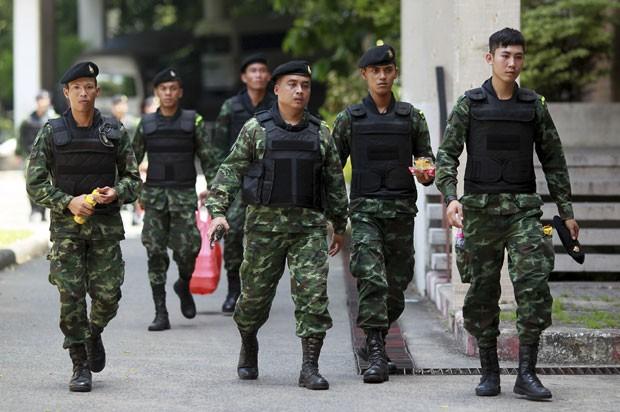 Soldados tailandeses são vistos perto do Monumento à Vitória de Bangcoc neste domingo (8) (Foto: Wason Wanichakorn/AP)