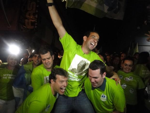 Em Santos, Paulo Alexandre Barbosa comemora vitória no primeiro turno (Foto: Mariane Rossi / G1)